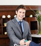Hausmeister am Abfertigungsschalter im Hotel Stockbilder