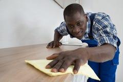 Hausmeister Cleaning Kitchen Worktop Lizenzfreies Stockbild