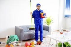 Hausmeister, der eine Verwirrung säubert stockbilder