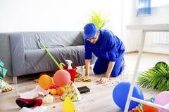 Hausmeister, der eine Verwirrung säubert stockfoto