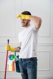 Hausmeister, der Sie vom Schmutz beraubt Stockfoto