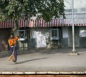 Hausmeister fegt die Plattform an der Station lizenzfreies stockfoto