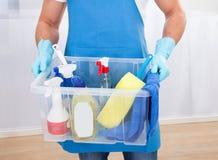 Hausmeister mit einer Wanne Putzzeug Stockfotografie