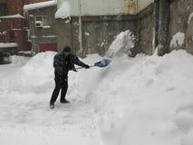 hausmeister Naturkatastrophen Winter, Blizzard, starke Schneefälle gelähmt die Stadt, Einsturz Schnee bedeckte den Wirbelsturm Eu Lizenzfreie Stockfotos