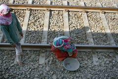 Hausmeister (Reiniger) fegt Schienenreise stockfoto