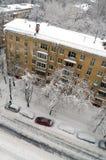 Hausmeister säubert Schnee vom Dach nach Schneefällen in Moskau Russland Stockfoto