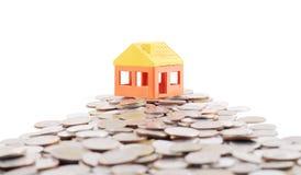Hausmodell auf Weise von Münzen Lizenzfreies Stockbild
