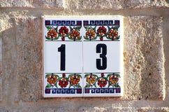 Hausnummer 13 in den Fliesen Stockbild