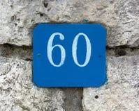 Hausnummer 60 auf einer Steinwand Lizenzfreies Stockbild