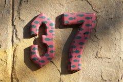 Hausnummer auf einer Wand lizenzfreie stockbilder