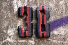 Hausnummer auf einer Wand stockfotografie