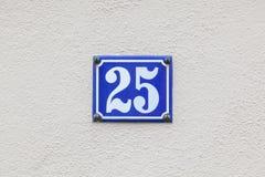 Hausnummer 25 an der Wand lizenzfreies stockfoto
