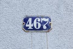 Hausnummer 467 an der Wand stockbilder
