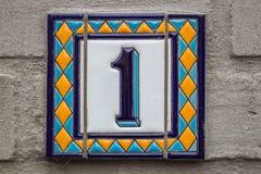 Hausnummer eins Blaue Beschriftung auf einer weißen Platte Stockbild