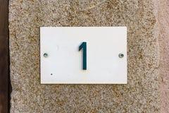 Hausnummer 1 geprägt in einer Metallplatte Stockfotografie