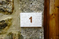 Hausnummer 1 graviert im Stein Stockfotografie
