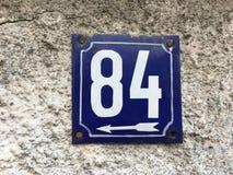 Hausnummer 84 mit weißem Pfeil Stockfotos