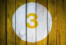 Hausnummer oder Kalendertag im weißen Kreis auf dem Gelb getont Lizenzfreies Stockfoto