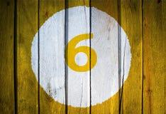 Hausnummer oder Kalendertag im weißen Kreis auf dem Gelb getont Stockfotografie
