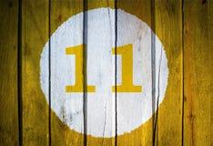 Hausnummer oder Kalendertag im weißen Kreis auf dem Gelb getont Lizenzfreies Stockbild