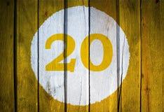Hausnummer oder Kalendertag im weißen Kreis auf dem Gelb getont Lizenzfreie Stockbilder