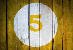Hausnummer oder Kalendertag im weißen Kreis auf gelbem getontem wo Lizenzfreie Stockfotos