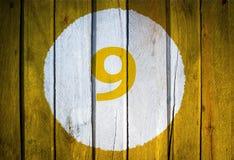 Hausnummer oder Kalendertag im weißen Kreis auf gelbem getontem wo Stockfotografie
