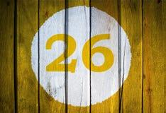 Hausnummer oder Kalendertag im weißen Kreis auf gelbem getontem wo Stockfoto