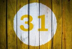 Hausnummer oder Kalendertag im weißen Kreis auf gelbem getontem wo Lizenzfreie Stockbilder