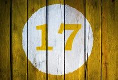 Hausnummer oder Kalendertag im weißen Kreis auf gelbem getontem wo Stockbild