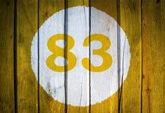Hausnummer oder Kalendertag im weißen Kreis auf gelbem getontem wo Lizenzfreies Stockfoto