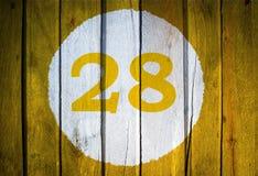 Hausnummer oder Kalendertag im weißen Kreis auf gelbem getontem wo Stockfotos