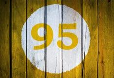 Hausnummer oder Kalendertag im weißen Kreis auf gelbem getontem wo Stockbilder