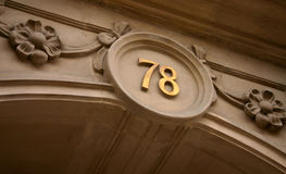 Hausnummer sevety acht Stockfotos