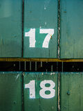 Hausnummer, 17 und 18 auf hölzernem Hintergrund Lizenzfreie Stockfotografie