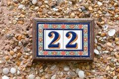 Hausnummer 22 unterzeichnen herein Keramikfliesen Lizenzfreies Stockbild