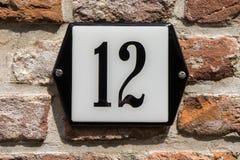 Hausnummer zwölf 12 Stockbilder