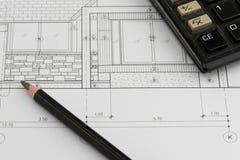 Hausplan mit Taschenrechner und einem Bleistift Lizenzfreie Stockfotos