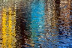 Hausreflexionen auf Fluss Stockfoto