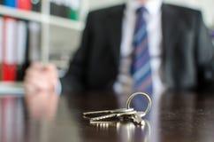 Hausschlüssel auf einer Tabelle Lizenzfreies Stockbild