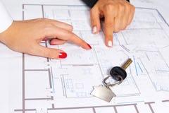 Hausschlüssel auf Hausprojekt Lizenzfreie Stockfotos