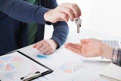 Hausschlüssel in der Hand Stockbild