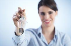 Hausschlüssel heraus halten Stockbilder