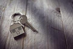 Hausschlüssel auf keychain Stockbilder