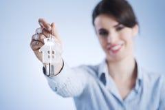 Hausschlüssel heraus halten Lizenzfreies Stockbild