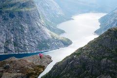 Hausse à la falaise de Trolltunga avec la vue sur le lac Ringedalsvatnet photos libres de droits