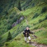 Hausse aînée active en hautes montagnes images stock