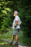 Hausse aînée active en hautes montagnes Image libre de droits