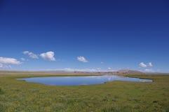Hausse au delà du lac Namtso Photos stock