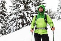Hausse d'hiver en bois neigeux blancs, hausse d'homme photographie stock
